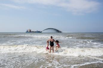 EIGEN. Nederland, 's-Gravenzande, 09-08-2013.  kustonderhoud. 'Rijkswaterstaat onderhoudt de kustlijn van Nederland voortdurend. Door zand op te spuiten (zandsuppleties) vullen we het zand op de stranden en de zeebodem vlak voor de kust weer aan. Zo blijft Nederland goed beschermd tegen de zee.' Foto: Peter de Krom