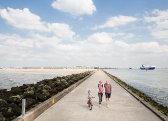 Nederland, Hoek van Holland, 11-05-2018. De pier van Hoek van Holland langs de Nieuwe Waterweg en tegenover de Rotterdamse Nieuwe Maasvlakte en Europoort. Foto: Peter de Krom / Hollandse Hoogte