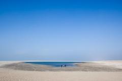 Nederland, Ter Heijde, 15-03-2012 . Mensen bekijken de 'zandmotor' op een mooie lentedag. Het water heeft zich teruggetrokken. Foto: Peter de Krom/Hollandse Hoogte
